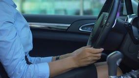 Zadowolony biznesowy damy uderzania samochód z miłością, zakup luksusowy samochód, szczęście zbiory wideo