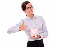 Zadowolony bizneswomanu mienia menchii prosiątka bank Obrazy Stock