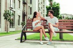 Zadowolony brodaty mężczyzna pieści jego powabnej dziewczyny obraz stock
