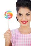 Zadowolony czarni włosy model trzyma barwionego lizaka Zdjęcie Royalty Free