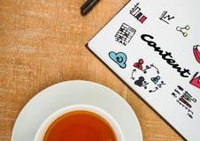 Zadowolony doodle na notepad obok herbaty Zdjęcia Royalty Free