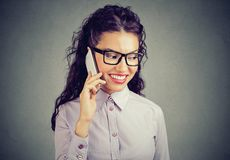 Zadowolony dziewczyny mówienie na telefonie obraz stock
