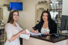 Zadowolony klient iść płacić pieniądze administrator zdjęcie royalty free