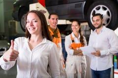 Zadowolony klient w samochodowym usługowym centrum Obrazy Stock