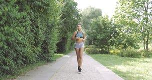 Zadowolony kobieta bieg w parku zbiory
