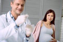 Zadowolony kobieta w ciąży odwiedza szpital obrazy stock