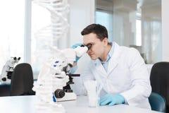 Zadowolony lekarz praktykujący pracuje w laboratorium Zdjęcia Stock
