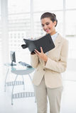 Zadowolony mądrze brown z włosami bizneswoman wypełnia agendę Zdjęcie Stock