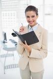 Zadowolony mądrze brown z włosami bizneswoman wypełnia agendę Zdjęcia Stock