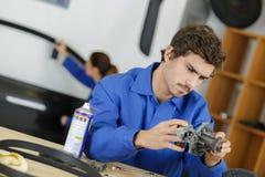 Zadowolony męski mechanik w auto remontowym sklepie Zdjęcia Royalty Free