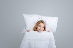 Zadowolony małej dziewczynki dosypianie zdjęcie stock