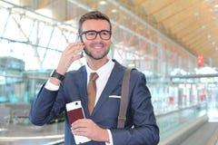Zadowolony pierwsza klasa podróżnik dzwoni telefonem obraz royalty free