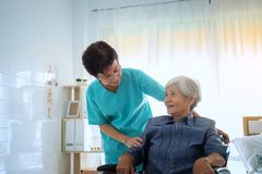 Zadowolony pozytywny opiekun pomaga jej pacjenta, pielęgniarki przytulenie obrazy royalty free