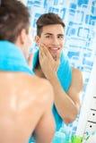 Zadowolony przystojny mężczyzna aftershave Fotografia Stock