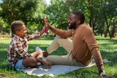 Zadowolony szczęśliwy ojciec i syn daje wysokości pięć obraz royalty free