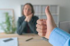Zadowolony szef gestykuluje kciuki do ?e?skiego pracownika obrazy royalty free