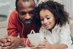 Zadowolony tata i dziecko cieszy się melodię z słuchawkami obraz stock