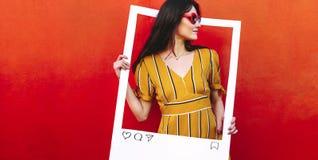 Zadowolony twórca pozuje dla jej blog poczty fotografii zdjęcia stock