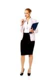 Zadumana biznesowa kobieta trzyma schowek i szkła zdjęcia stock