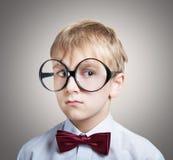 Zadumana chłopiec w łęku krawacie Zdjęcie Royalty Free