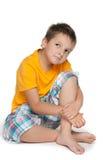 Zadumana chłopiec w żółtej koszula obrazy stock