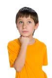 Zadumana chłopiec w żółtej koszula Fotografia Stock