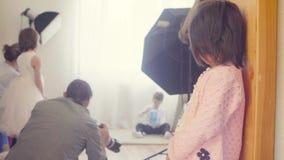 Zadumana dziecko pozycja blisko drzwi zdjęcie wideo