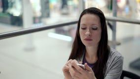 Zadumana dziewczyna używa smartphone, pisze wiadomości, gawędzi Niespokojny smutny i zbiory