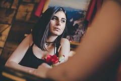 Zadumana dziewczyna z napojem przy kawiarnią z jej przyjacielem zdjęcie royalty free