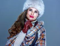 Zadumana kobieta odizolowywająca na zimny błękitny patrzeć na kopii przestrzeni Obrazy Stock