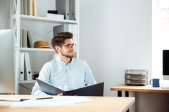 Zadumana młoda biznesmena mienia falcówka z dokumentami i główkowaniem Obraz Stock