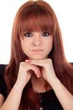 Zadumana nastoletnia dziewczyna ubierał w czerni z przebijaniem obrazy royalty free