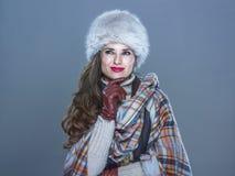 Zadumana nowożytna kobieta na zimny błękitny patrzeć na kopii przestrzeni Obrazy Royalty Free