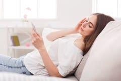 Zadumana oung dziewczyna texting na smartphone zdjęcia royalty free