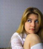 Zadumana piękna blondynka Obraz Stock