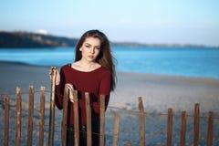 zadumana smutna osamotniona Kaukaska młoda piękna kobieta z upaćkany długie włosy na wietrznym jesień spadku dniu plenerowym na b Fotografia Stock