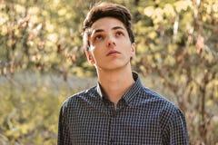 Zadumanego nastoletniego chłopaka przyglądający up mieć_nadzieja Fotografia Stock