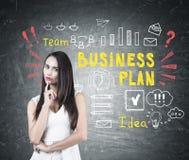 Zadumanej brunetki kobiety biznesowy planowanie Fotografia Stock