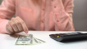 Zadumanej damy odliczający dolarowi banknoty, brak pieniądze dla gospodarstwa domowego, długi zbiory