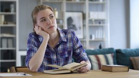 Zadumanej młodej kobiety Czytelnicza książka i główkowanie zdjęcie wideo