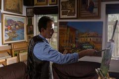 Zadumani męscy malarza kładzenia apretury uderzenia Obraz Royalty Free