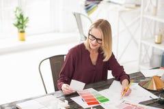 Zadumany żeński projektant decyduje na kolorze Fotografia Stock