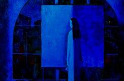 Zadumany artysta w pracownianej pozyci przy sztalugą z kanwą, obraz olejny Fotografia Royalty Free