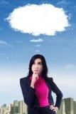 Zadumany bizneswoman patrzeje chmurę obraz stock