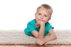 Zadumany chłopiec odpoczywać Zdjęcie Royalty Free
