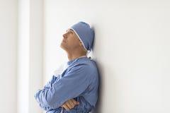Zadumany chirurg Z rękami Krzyżował Opierać Na ścianie fotografia royalty free