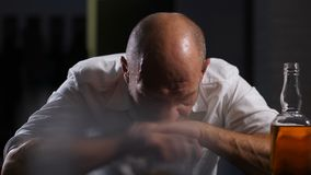Zadumany dorosły mężczyzna wewnątrz - midlife kryzys samotnie w domu zdjęcie wideo