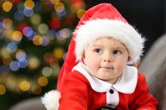 Zadumany dziecko jest ubranym Santa kostium w bożych narodzeniach fotografia stock