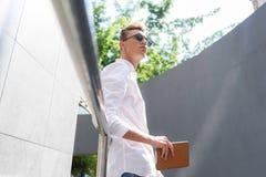 Zadumany mężczyzna używa gadżet outdoors Fotografia Stock