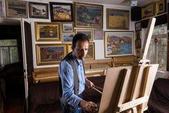 Zadumany męski artysta kończy jego arcydzieło Obrazy Royalty Free